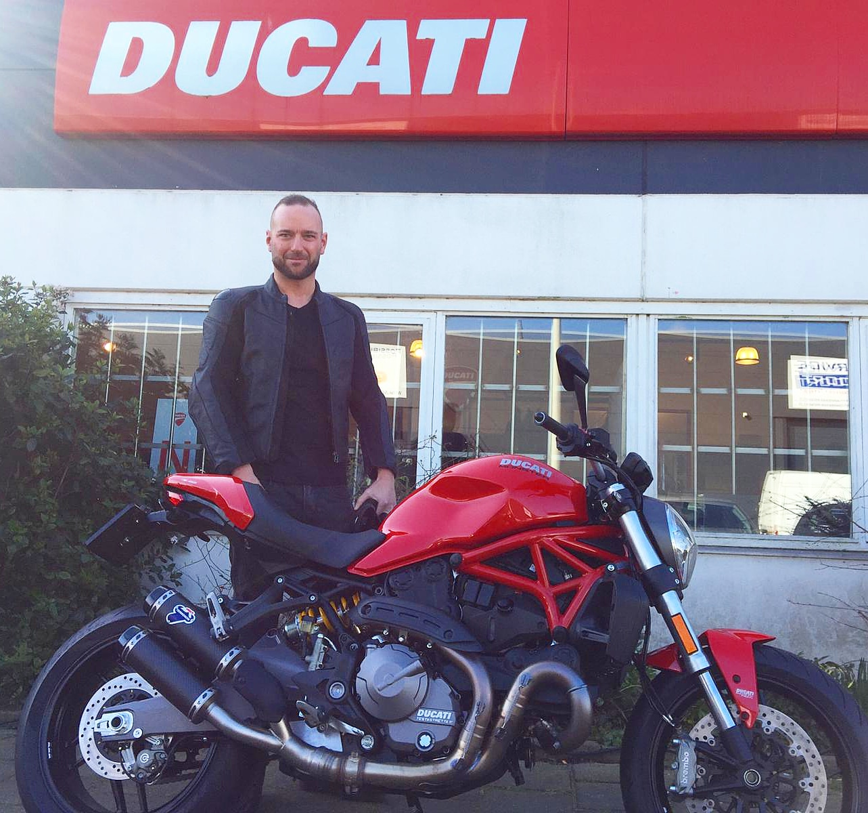 ducati monster 821 rood met termignoni uitlaat