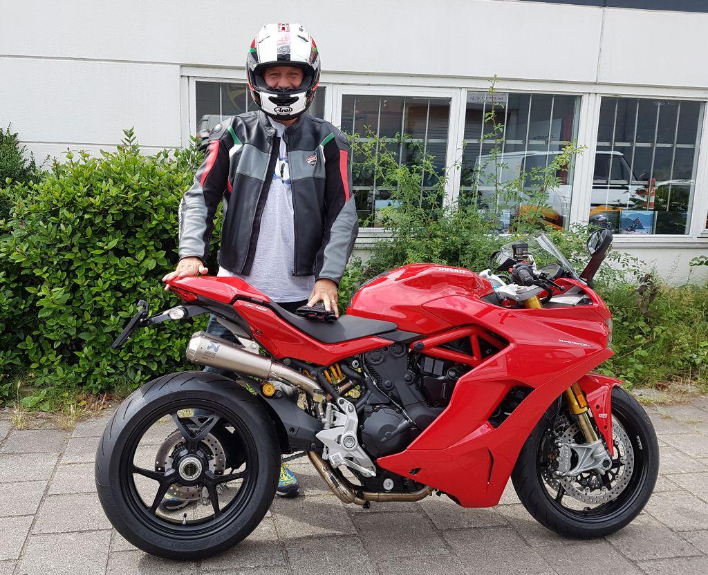 motortoer Duacti delaer amsterdam deliverd a new ducati supersport s